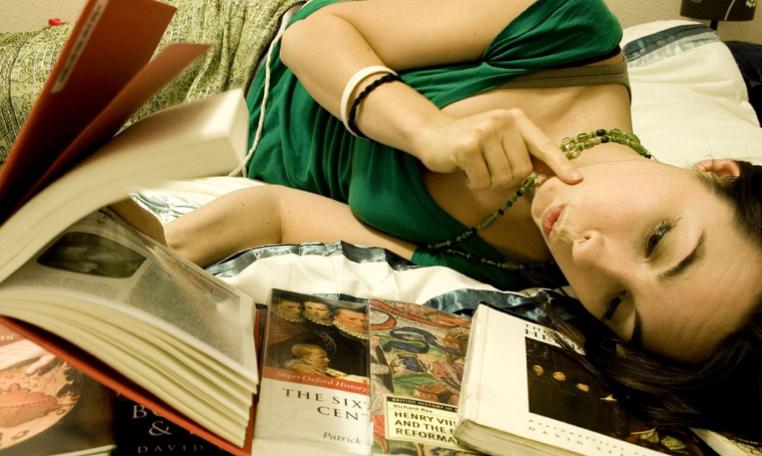 jolie femme qui lit dans son lit